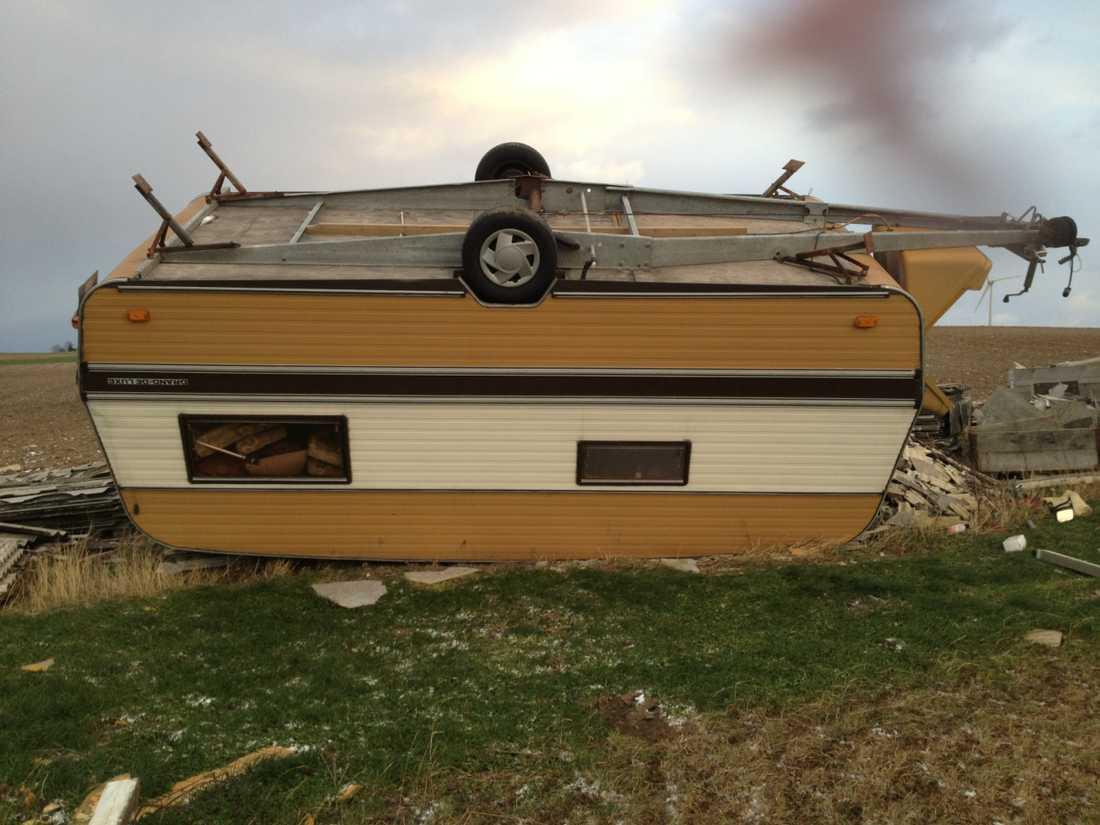 En husvagn har välts omkull efter stormens framfart. Bilden är tagen utanför Eslöv i Skåne.