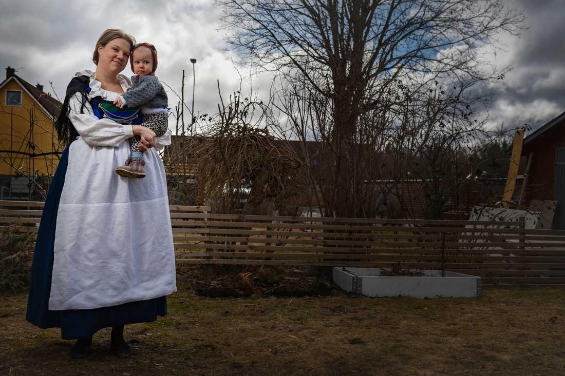 Hannah Ström, här med dottern Ebba, har själv sytt sin Oxiedräkt. Hon valde Oxiedräkten för att hon har ljusa barndomsminnen därifrån.