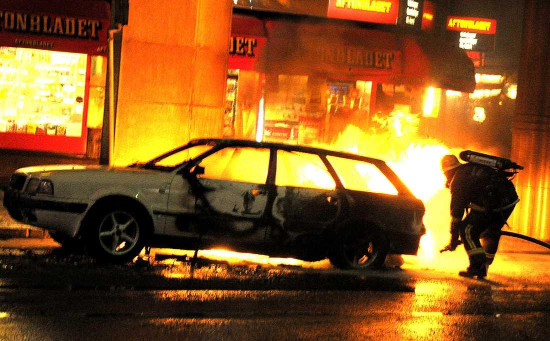 I lågor Vid 17-tiden på lördagseftermiddagen exploderade bilen – mitt i julhandeln i centrala Stockholm.