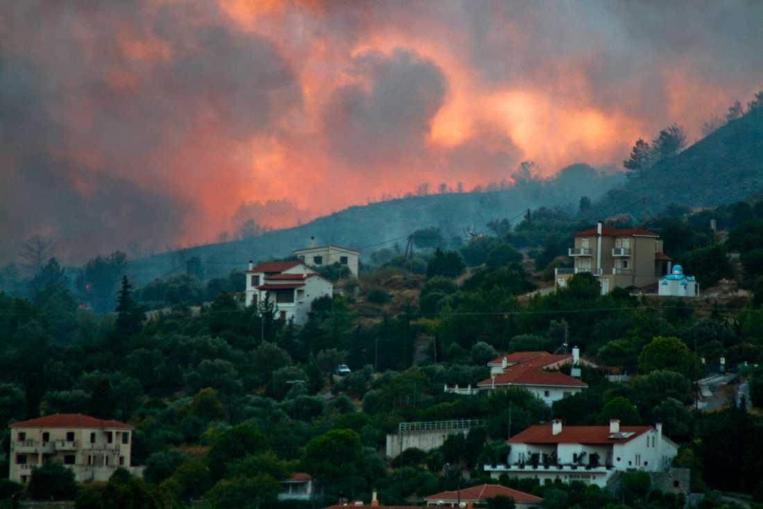 Skogsbränder rasade under lördagen nära byn Pythagorion på den grekiska ön Samos. Under lördagskvällen var bränderna helt släckta, enligt Linda Netterström, pressansvarig på Tui.