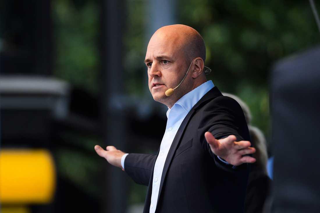 BAD OM SOLIDARITET Fredrik Reinfeldt inledde valrörelsen med att vädja om tålamod med den stora flyktingström som väntar Sverige. Men hans egna kommunpolitiker kräver ökade resurser för att klara en sådan situation.