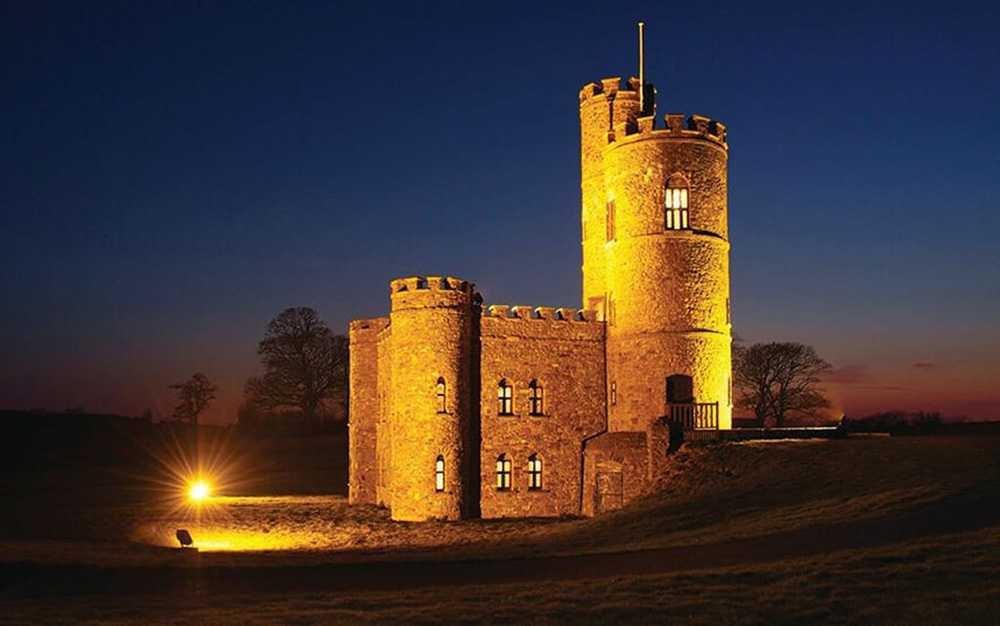 Tawstock Castle är byggt på 1700-talet och från de två tornen har gästerna en fantastisk utsikt.