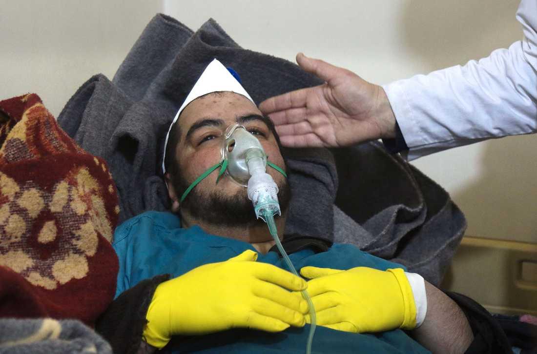 En man ur räddningsmanskapet vårdas efter gasattacken.