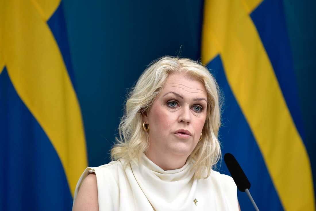 Socialminister Lena Hallengren (S) har hamnat mitt i pandemins medieflöde.