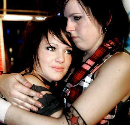 """Cissi Ramsby och Sara Burnett fick trösta varandra efter det att Sara röstats ut ur """"Idol""""."""
