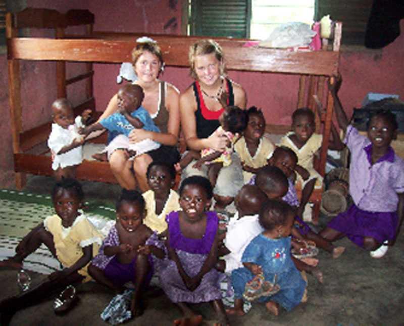 ville göra en insats Efter skolan ville Mikaela och Elina göra en insats. De blev volontärer – i Ghana.