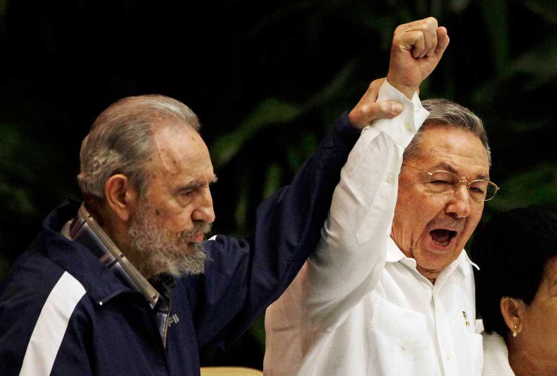 BRÖDERNA När Fidel Castro avgick på grund av sviktande hälsa tog hans lillebror Raúl Castro över.