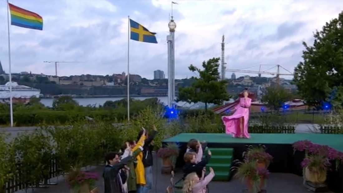 Blygrå moln och småblåsigt inramade Sanna Nielsens 38:e kväll som allsångsledare. Men sviten håller –hon har klarat sig undan regn i samtliga program.