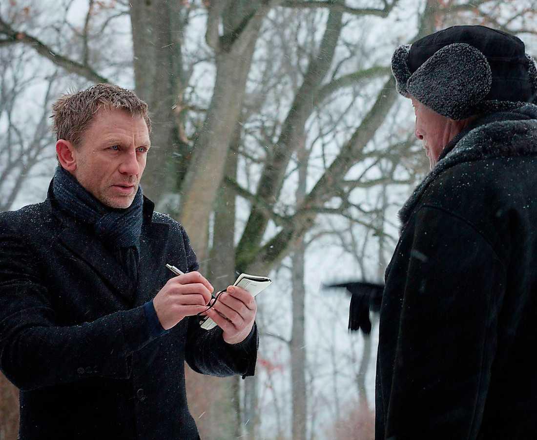 Blomkvist (Craig) intervjuar Henrik Vanger (Plummer) i Hedeby.