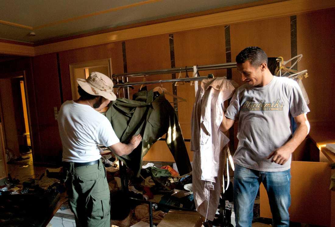Rebellsoldater prävar kläder i Aisha Gaddafis hem.