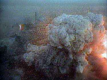 Denna bild togs med videokamera på det bombade hotellets tak.
