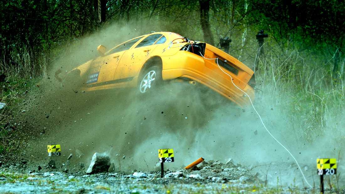 I ett av krocktesterna visades hur en Volvo S80 körde ner i ett dike i 80 km/tim. Provdockorna klarade sig med lättare skador.