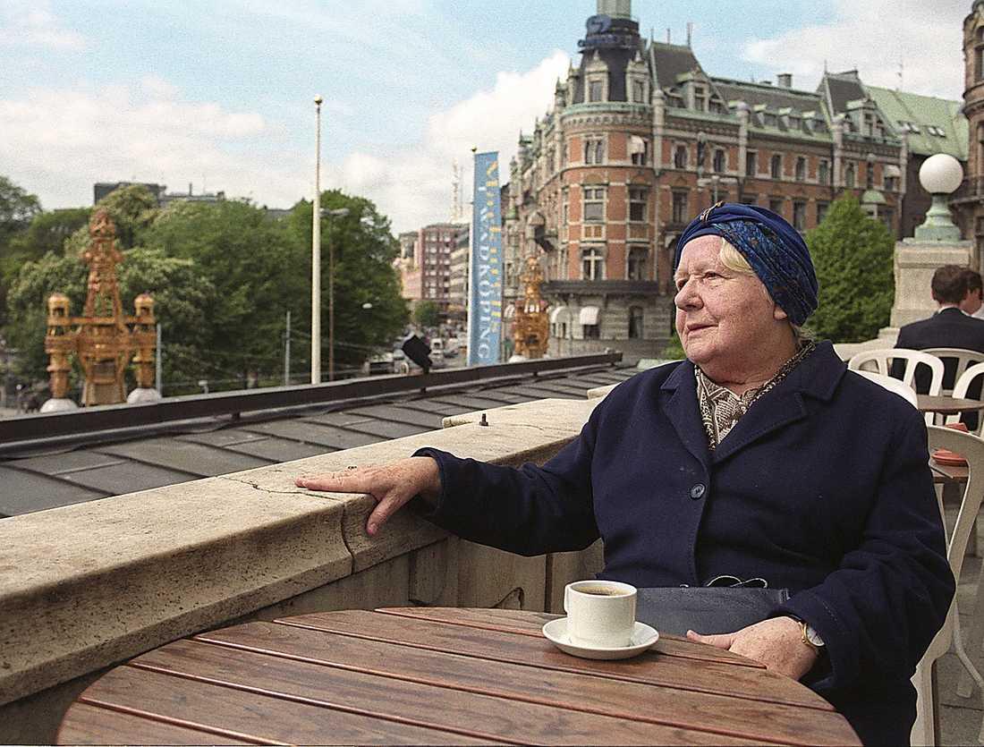 1999: på Dramaten Vid Dramaten anställdes Sif 1953. Här är året 1999 och Sif tar en kopp kaffe på teaterns terass.