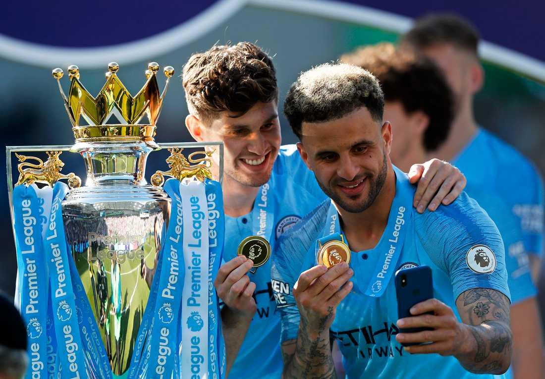 John Stones och Kyle Walker firar Premier League-titeln.