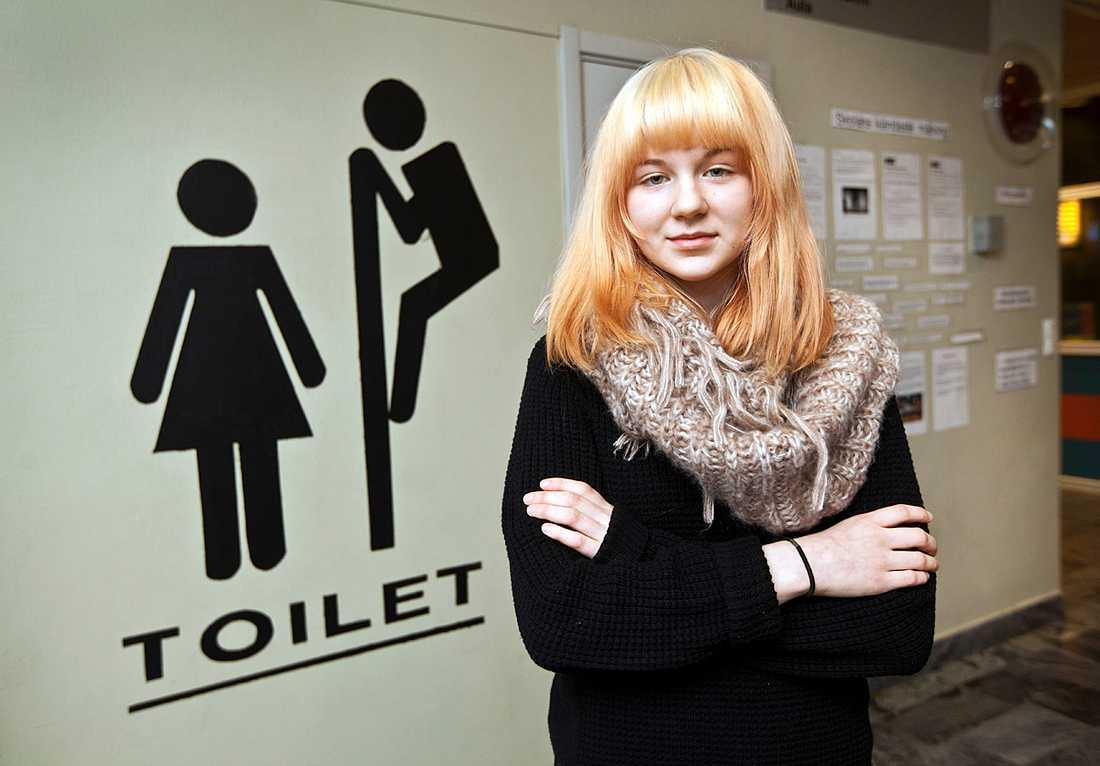 Astrid Johansson, 14, har reagerat på målningen utanför toaletterna. Hon tycker det är sexism.
