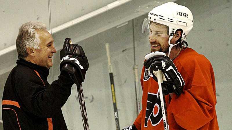 Fleming skrattar gott med Peter Forsberg i Philadelphia Flyers hösten 2005.