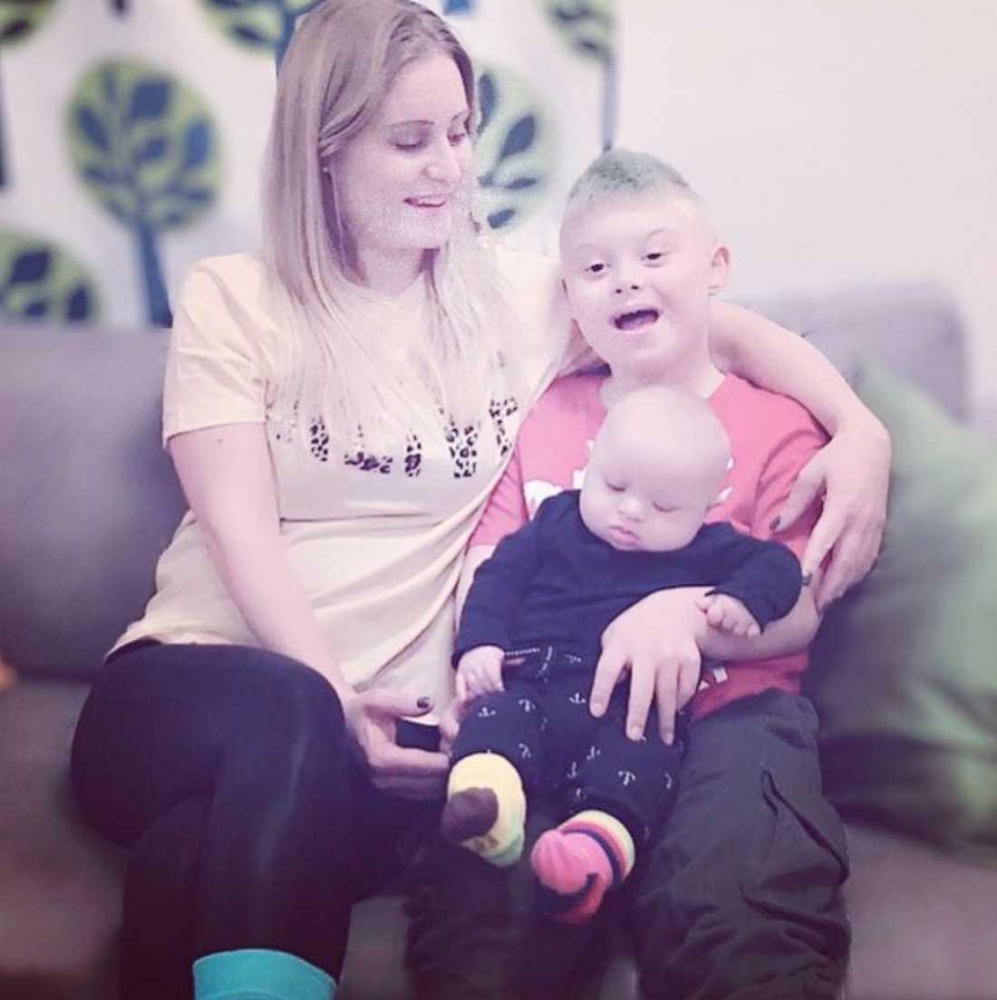 Emily delar med sig av livet med sina söner på sitt Instagramkonto.