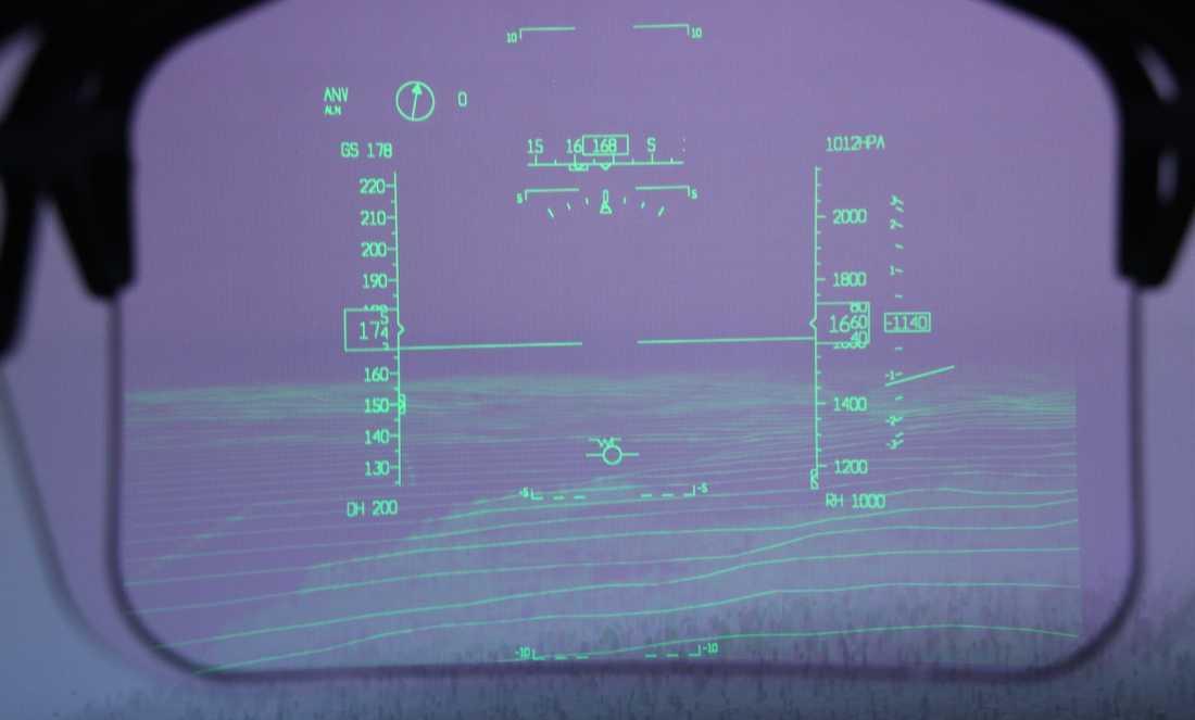AviGuide HUD Head up Display. HUD är ett av de två nya högteknologiska system som utvecklats av Saab för civila flygplan. HUD gör det möjligt att landa obehindrat trots svåra väderförhållanden, till exempel tät dimma.