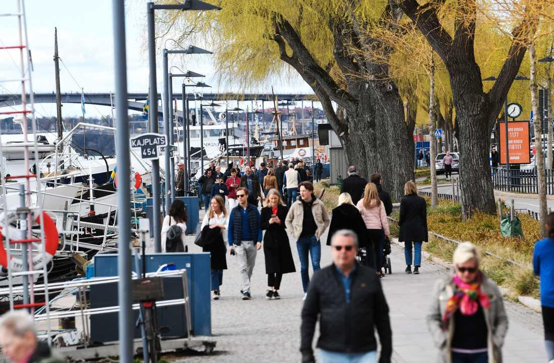 """""""Det är inget problem att folk går ut. Men man måste hålla avstånd"""", säger Anna Starbrink (L), hälso- och sjukvårdsregionråd i Stockholm."""