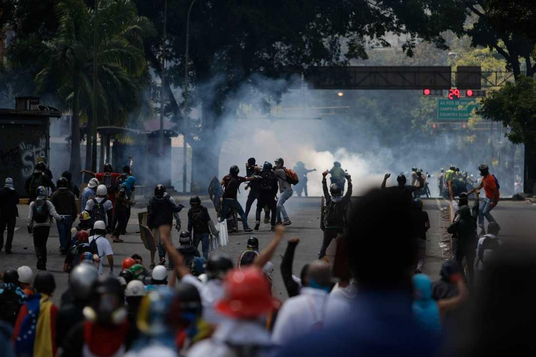 Många dog i vårens sammandrabbningar och protester i Venezuela. Den 29 maj drabbade polis samman med demonstranter under en marsch i protest mot president Maduro. Oppositionen kräver nytt presidentval och att politiska fångar släpps fria.