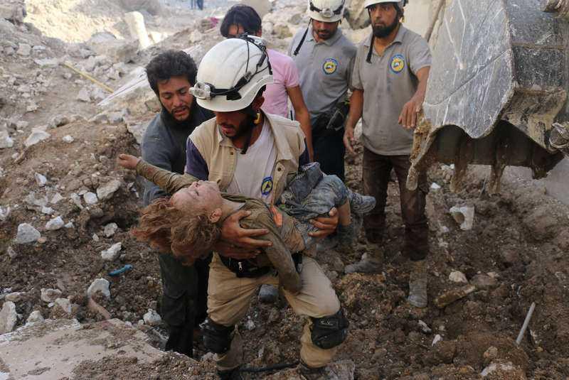 5 OKTOBER. Det här barnet dog när stridsflyg attackerade stadsdelen Karm Homad.