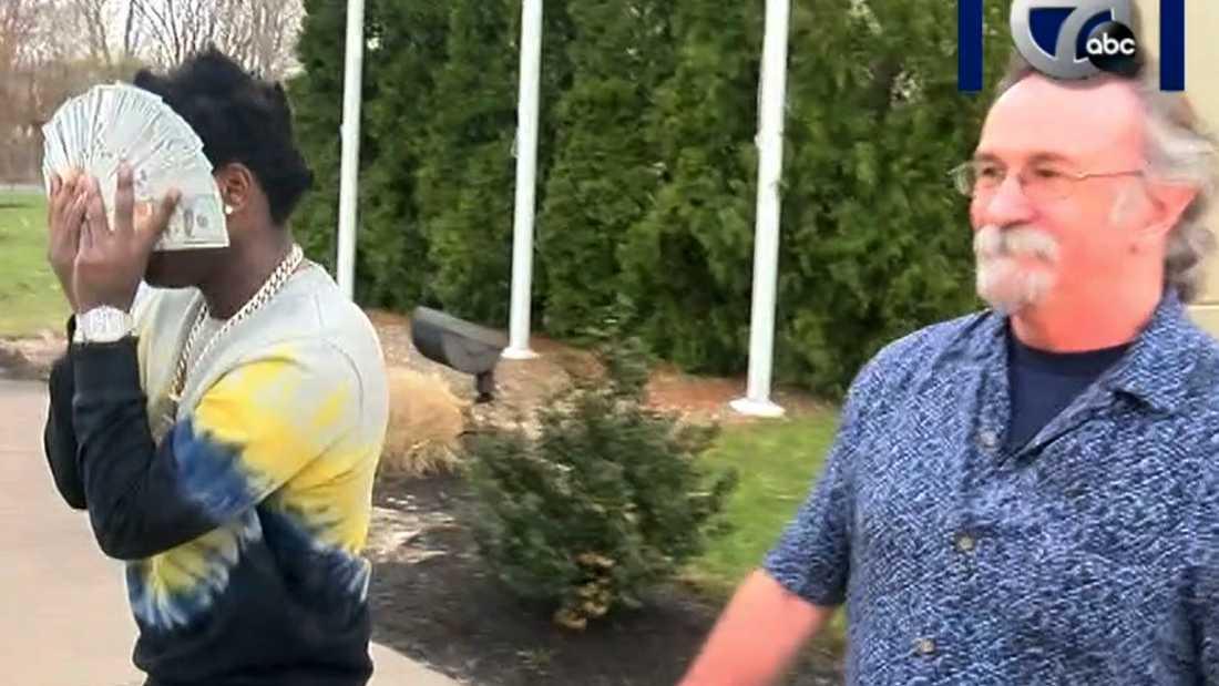 Kodak Black gömmer ansiktet bakom 100-dollarssedlar när han lämnar häktet mot borgen.