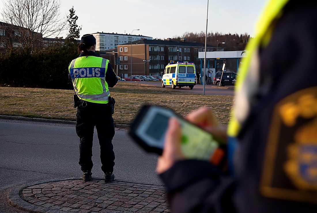 Polisens taktik är att synas. De finns överallt – i bilar, bussar och till fots.