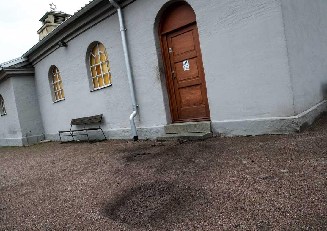 Två brandbomber har kastats mot judiska församlingen i Malmös kapell . Polisen utreder ett misstänkt hatbrott, enligt Sveriges Radio. - Vi har upprättat en anmälan om försök till mordbrand, man har vad vi bedömer haft för avsikt att få det att börja brinna där på något sätt, säger Lars Förstell vid Malmöpolisen till radiokanalen. Det är oklart när det misstänkta dådet inträffade. Polisen larmades under måndagsförmiddagen och har säkrat spår.