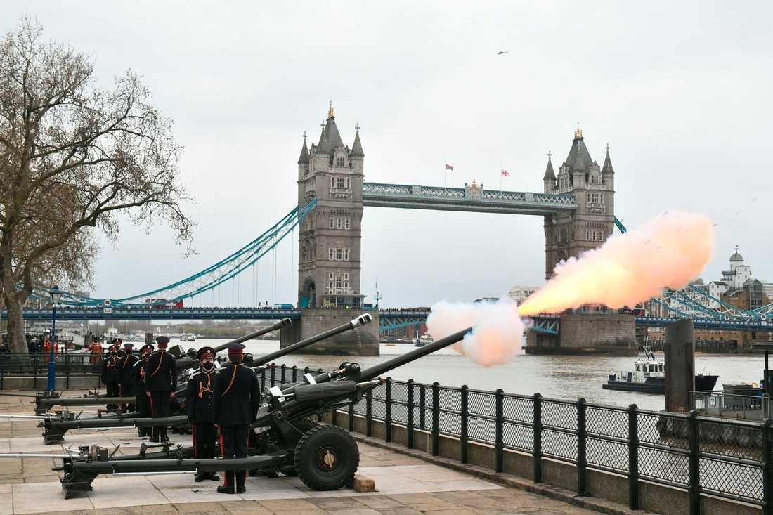 Salut skjuts i London till prins Philips minne.