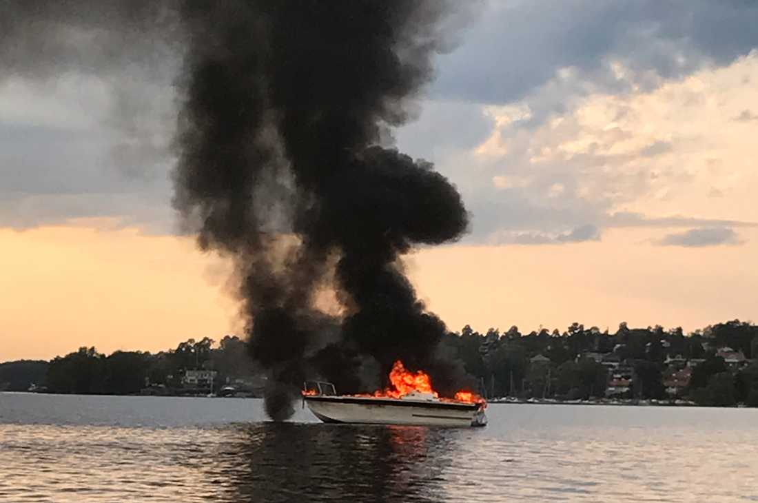 En båt fattade eld på fredagskvällen.