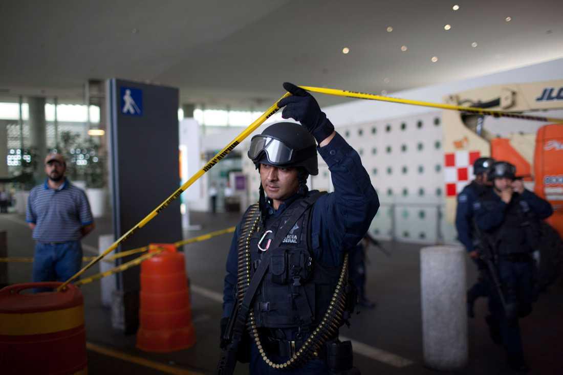 Tungt beväpnad mexikansk polis.
