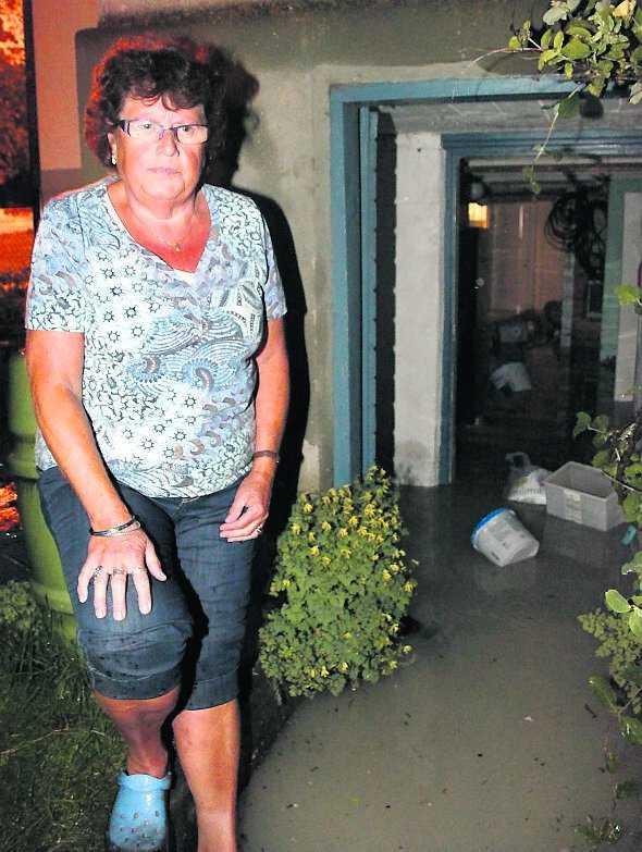 """Vattenfyllt Gertrud Karlsson från Slite på Gotland blev hårt drabbad. Allt flyter omkring"""", säger hon."""
