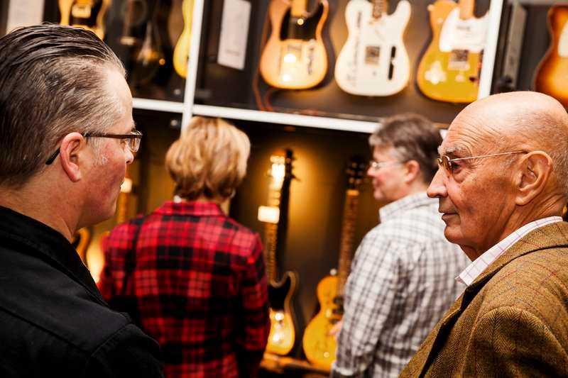 Ulf Adelsohn guidas på nya gitarrmuseet i en skola som byggts om för ett antal miljoner.