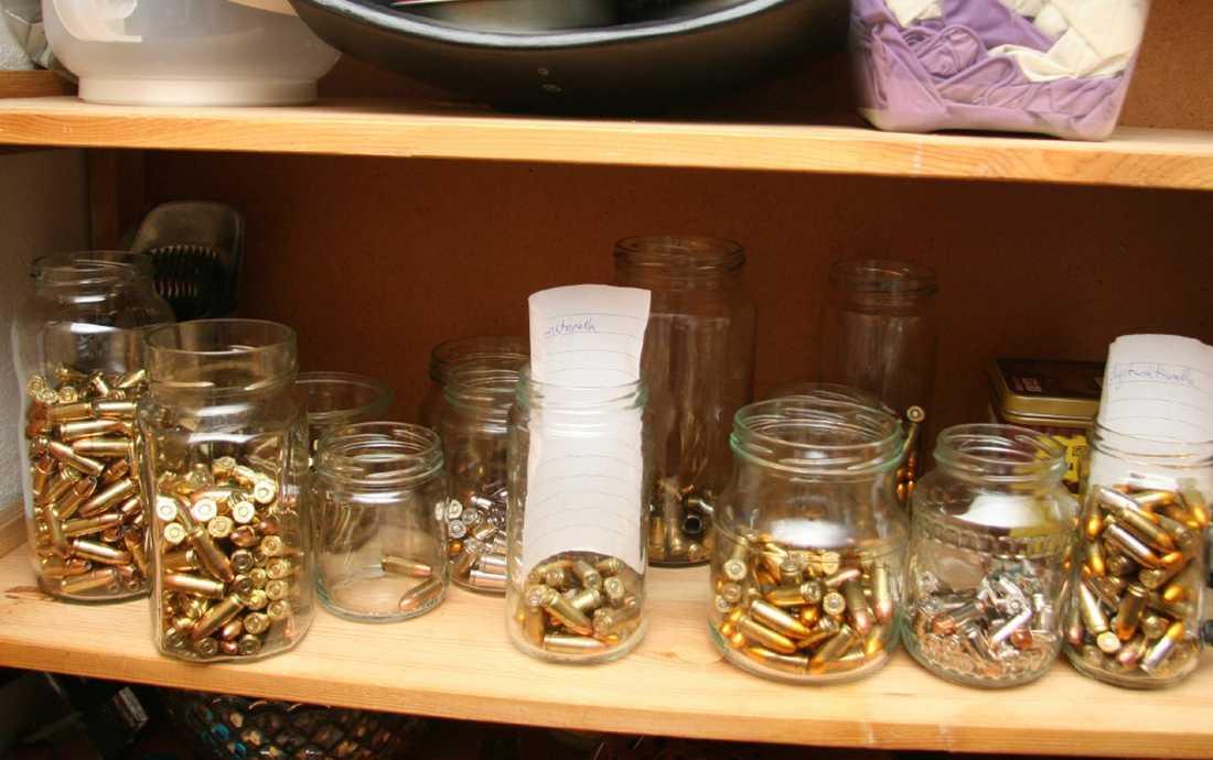 Ammunition i glasburkar Hittades i Mangs köksskåp.