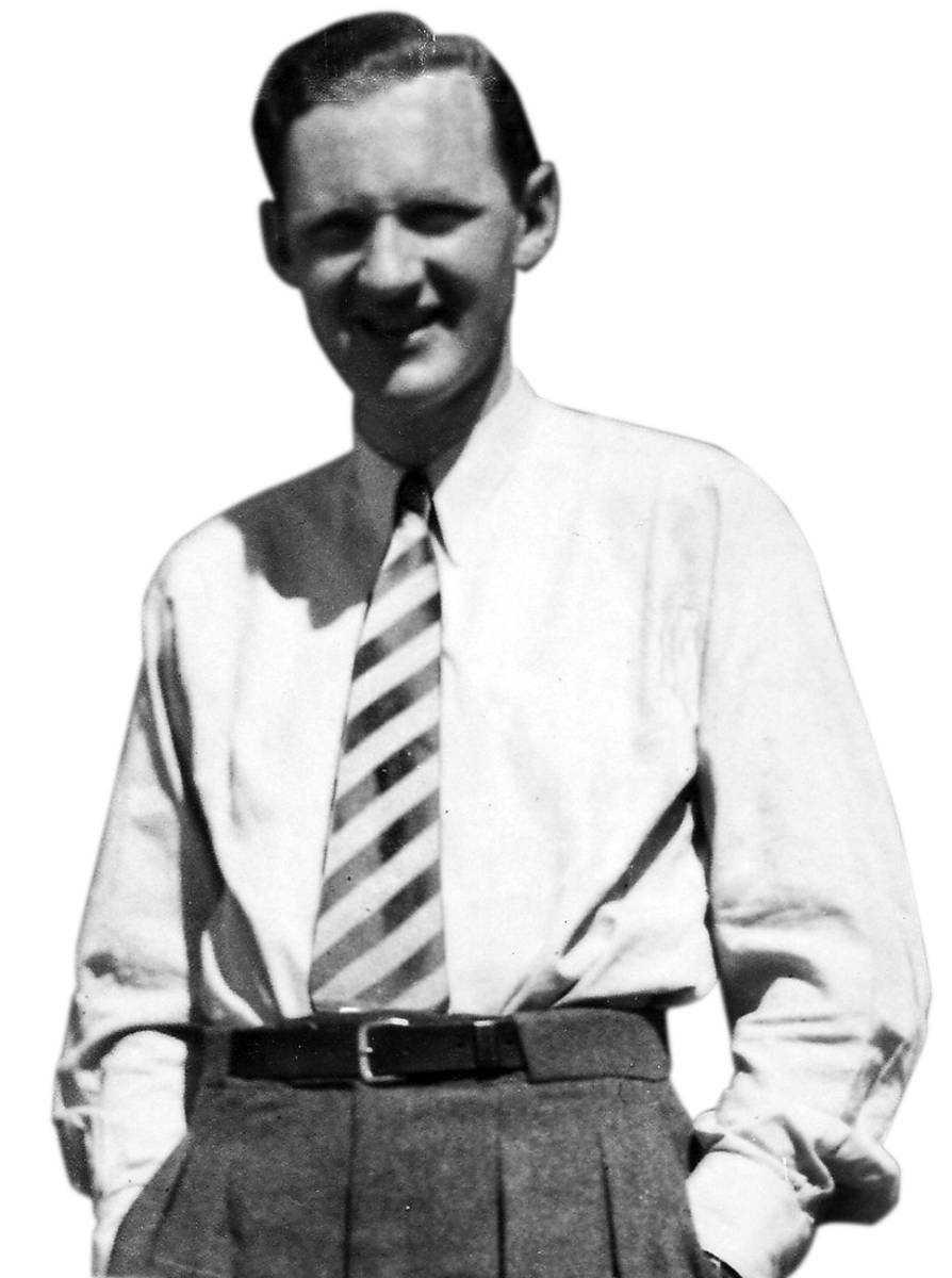 Verklighetens Holst. Strax efter andra världskrigets slut hittades den norske motståndskämpen Kai Holst död i sin lägenhet på Gärdet i Stockholm. Den officiella förklaringen har varit att han tog sitt eget liv. Med det är många som tror att han egentligen blev mördad.