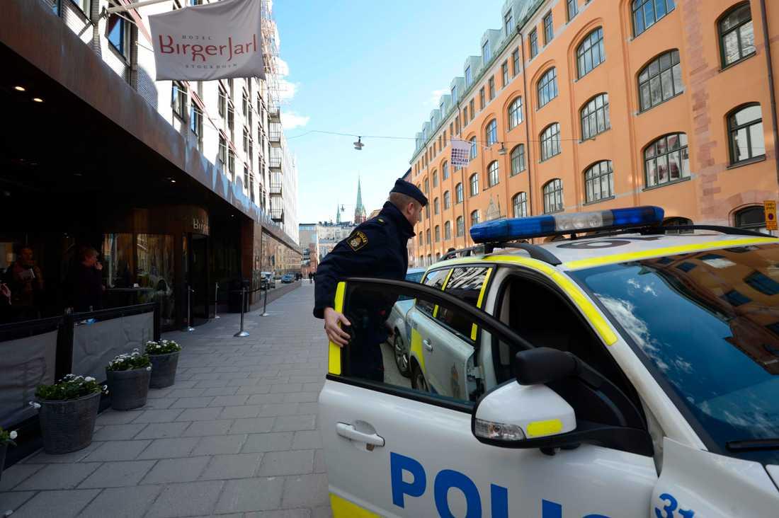 En person hittades i dag död på ett hotell i centrala Stockholm, ett stenkast från Stureplan.