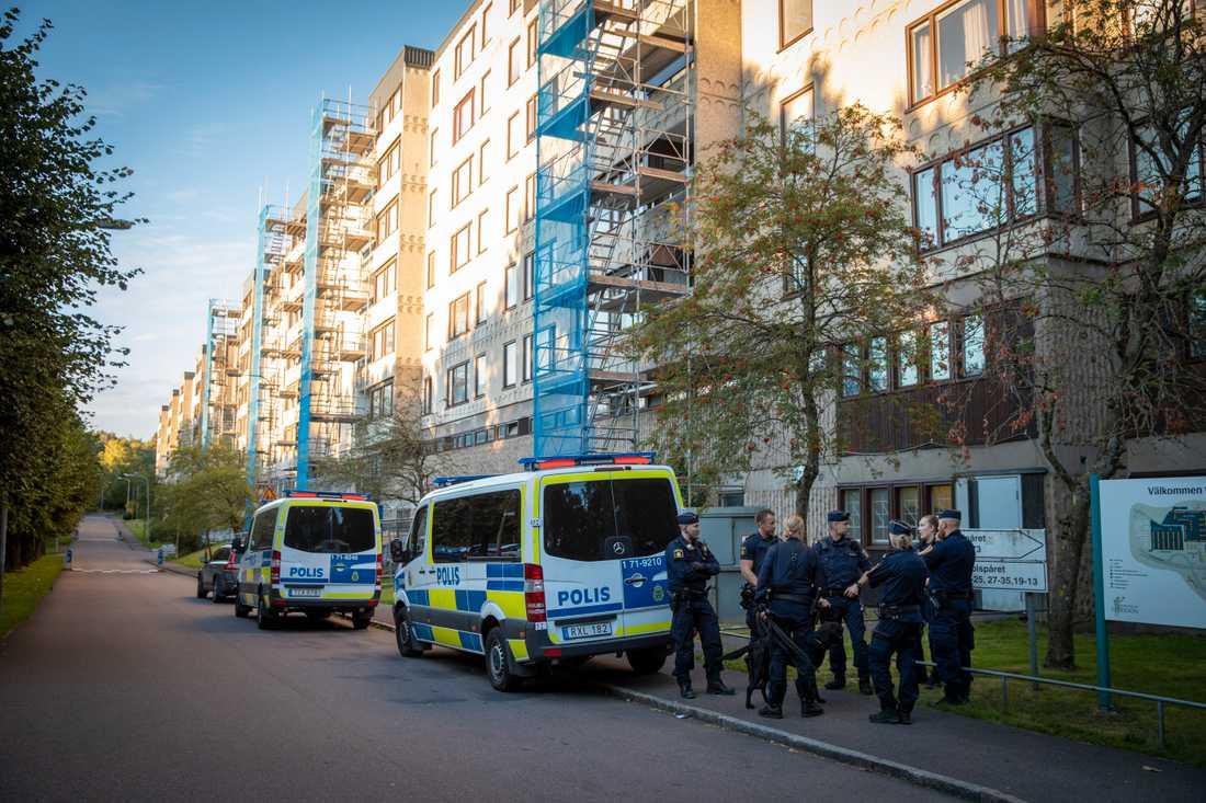 Göteborgsförorten Hjällbo där kriminella gäng upprättade vägspärrar i somras.