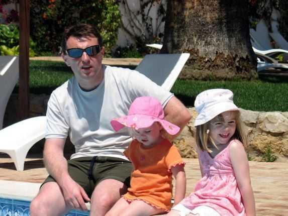 Madeleine tillsammans med pappa Gerry och yngre systern Amelie. Bilden är tagen samma dag som Madeleine försvann.