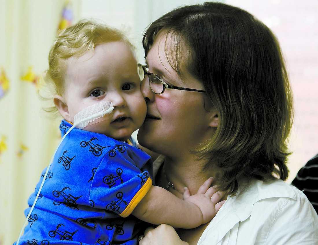"""Ont om donatorer Filip, 15 månader, har väntat ett halvår på ett nytt hjärta. """"Vi har fått höra att vi kan få vänta upp till ett år, säger mamma Malin Svensson. Under tiden hålls Filip vid liv med en pump kopplad till hjärtat."""