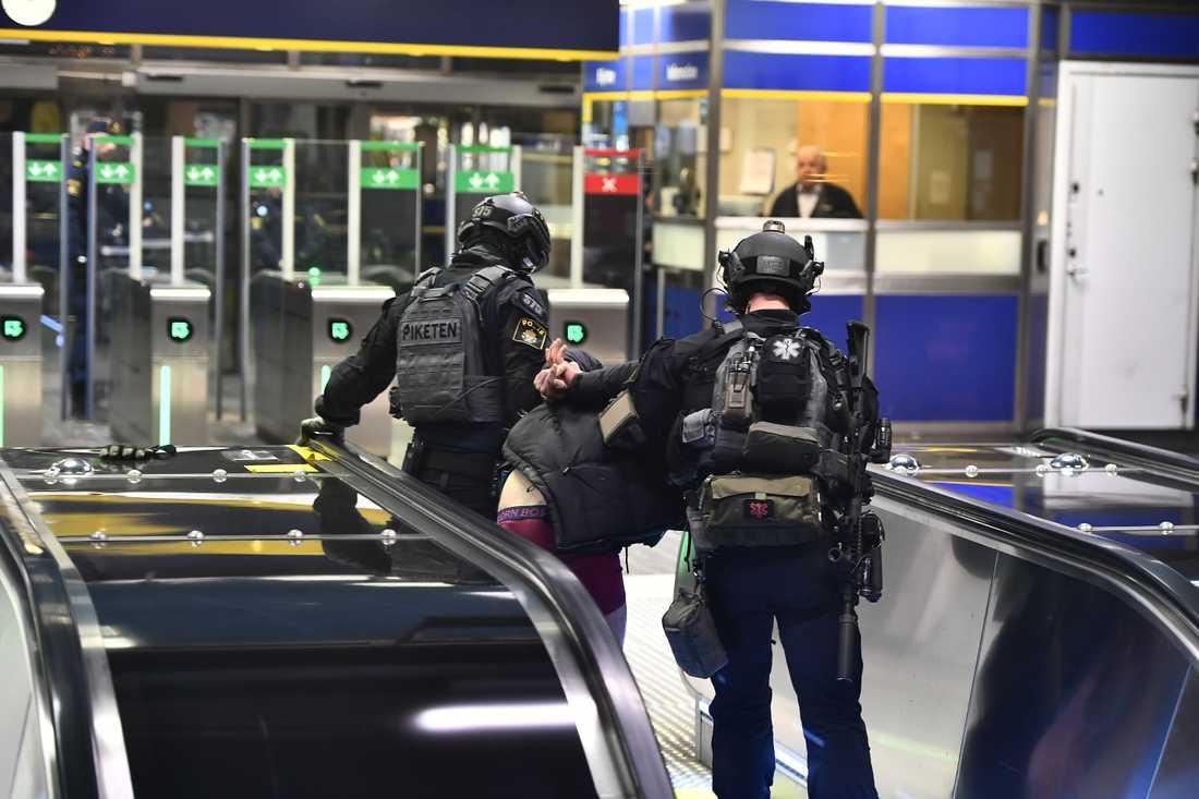 Här grips en man efter bombhotet i tunnelbanan.