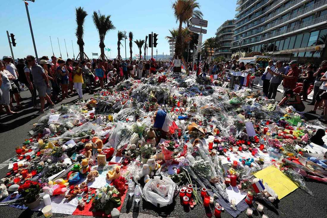 Människor samlades för att hedra offren efter attacken i Nice.