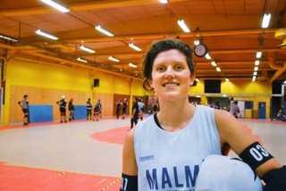 """Läkare på dagen. Roller Derby-spelare på kvällen. Hanna Pålsson har trots att hon inte hör tagit sig långt i yrkes- och idrottslivet. """"De upptäckte det (hörselnedsättningen) när jag var sex år. Sen blev det lite sämre fram till att jag blev tonåring"""", säger Pålsson."""
