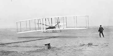 Upp i det blå Här lyfter bröderna Wrights flygplan The Fyer. På vingen ligger Orville och styr, brorsan Wilbur springer vid sidan om, Efter tolv sekunder damp farkosten i backen.