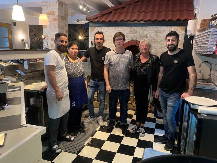 Hjältarna på pizzerian med Esam Sheikho till vänster samt Adam Walling  och Carola Löthman  i mitten.