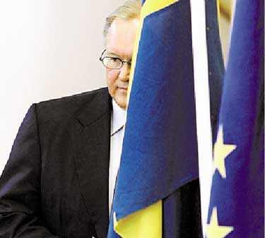 Ett steg fram, ett steg bak Diskussionerna om Sveriges framtid i EU fortsätter. Göran Persson tar ställning till EU-fördraget först på toppmötet om två veckor.