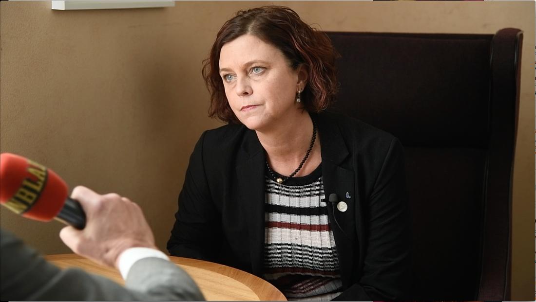 L-ledamoten Emma Carlsson Löfdahl hyr makens bostadsrätt - och plockar ut maxersättningen på 8 600 kronor från skattebetalarna.