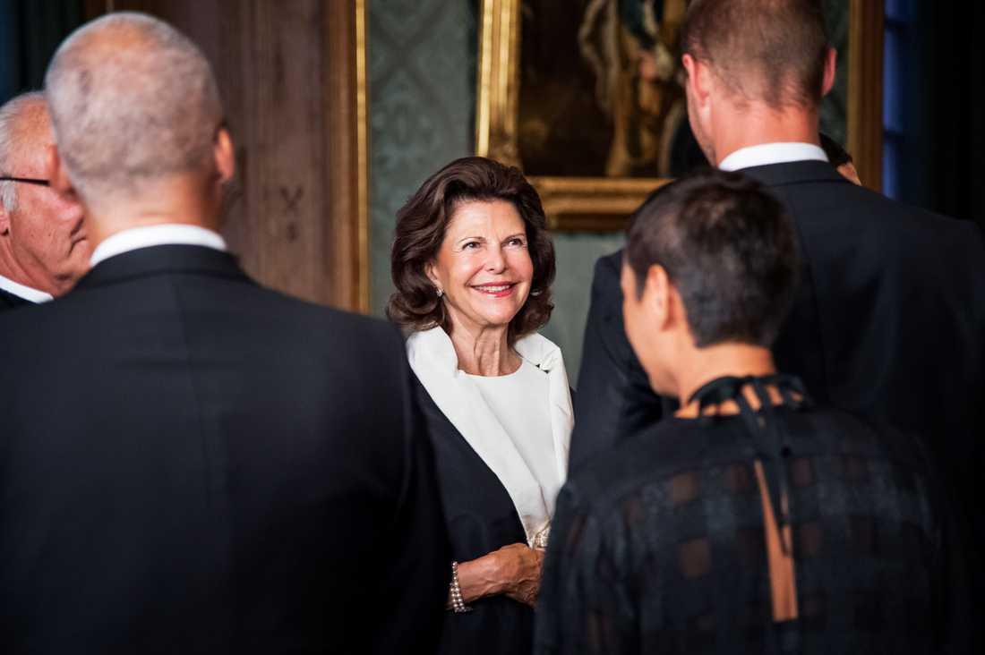 Kungafamiljen tar emot gäster från hela landet på den årliga Sverigemiddagen på Stockholms slott. Kronprinsessan Victoria har offentliggjort att hon är gravid med sitt andra barn.