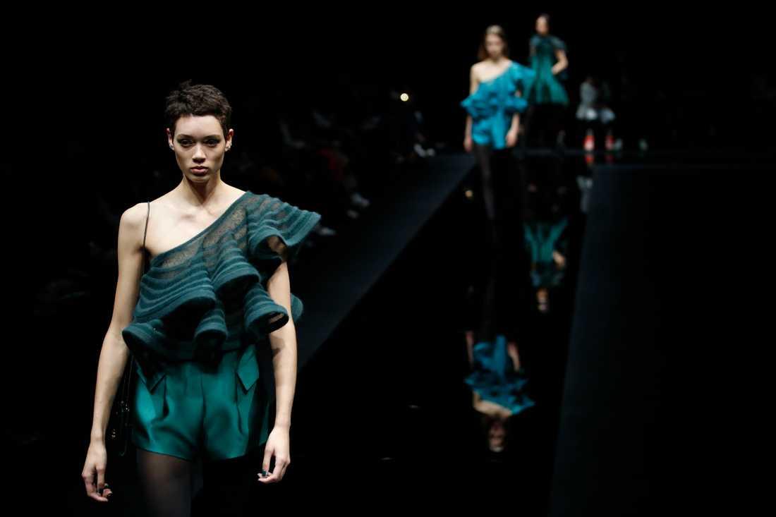 Nu styr Armani om produktionen i Italien till skyddskläder för vården. Modeller bär plagg från Armanis höst och vinterkollektion 2020-2021, presenterade i februari.