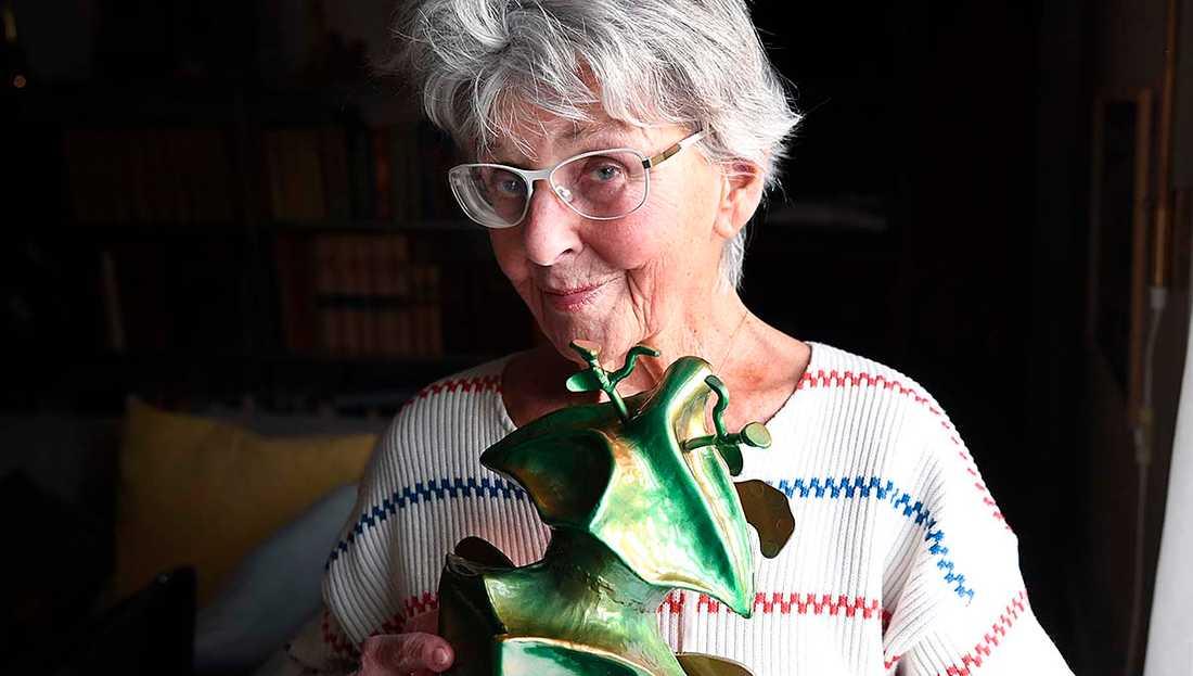 """Yvonne Lombard blev både glad och paff när hon fick reda på att hon skulle få årets Hedersguldbagge. """"Det var roligt att de hann ge mig den innan jag försvinner"""", säger skådespelarikonen som snart fyller 90 år."""