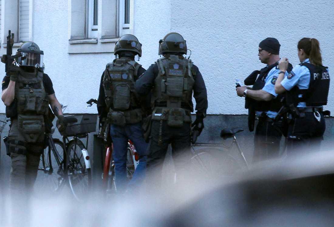 Efter vansinnesdådet slog polisens specialstyrka till mot mannens bostad och letade enligt uppgift bland annat efter sprängmedel.